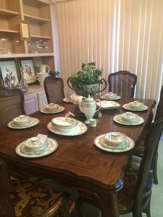 Very nice Century dining table with 6 chairs