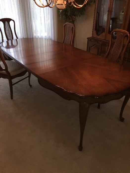 STUNNING LONG DINING ROOM TABLE WITH CURVED LEGS BY DREXEL ( COMES WITH 6 CHAIRS)