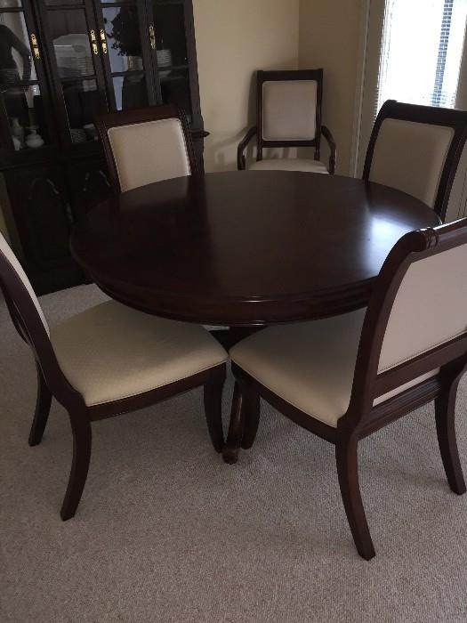 GORGEOUS ROUND DINING ROOM TABLE WITH 6 CHAIRS AND EXTRA LEAF ( SOLID WOOD )