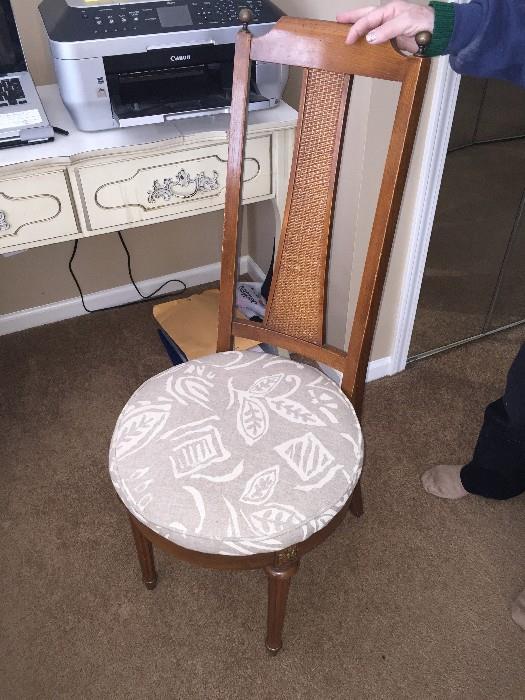 ROUND SEAT CHAIR