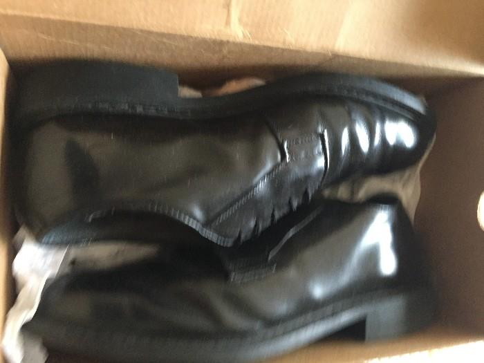MENS CLOTHING SIZE MEDIUM / PANTS SIZE 32-34 / SHOE SIZE 7 WIDE