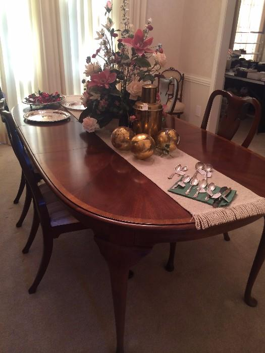 Elegant Queen Anne dining table/chairs