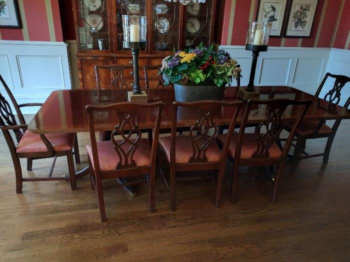 Beautiful banded mahogany table, by White Furniture Co., w/8 matching chairs, 2 arms & 6 sides.