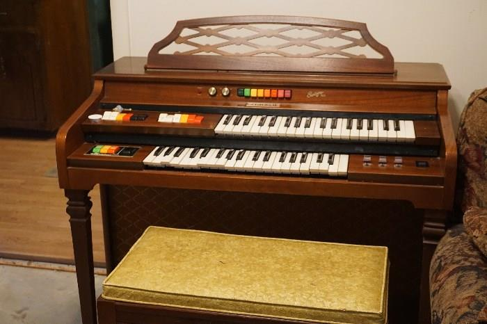 Kimball Swinger 500 organ