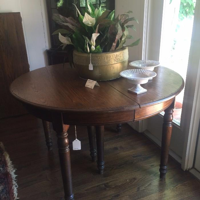 A beautiful antique table with 2 leaves