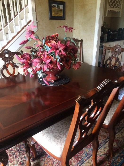Lovely dining table with 8 chairs