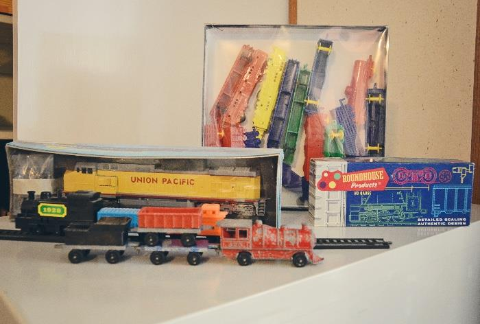 Roundhouse Products 3028 Caboose, Athearn dummy train Union Pacific locomotive