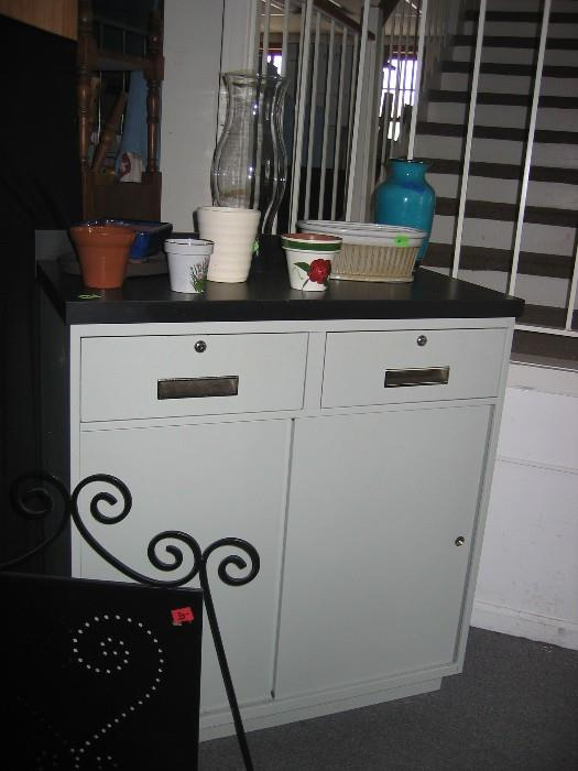Metal cabinet with several flower pots (2 Stangl).