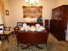 Vintage mahogany dining room table with 2 leaves, 6 chairs