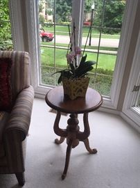 SOLID WOOD SIDE TABLE WITH FLOWER ARRANGEMENT