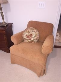 CARAMEL/TAN FABRIC UPHOLSTERED CHAIR