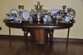 Spectacular Queen Anne style oval extension dining table, C. 1890