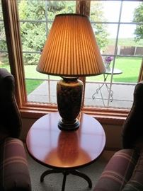 SIDE TABLE / LAMP