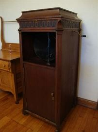 1903 Model C Edison Disc Phonograph. WORKING Victrola  Very nice Machine with Records, Instruction Book, Record List Book, Key And Record Cleaner. Screen on front accidently got moved.  Can be shipped to buyer
