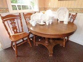 Kitchen table with 2 leaves & 4 chairs