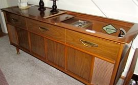 Magnavox turnable and radio console