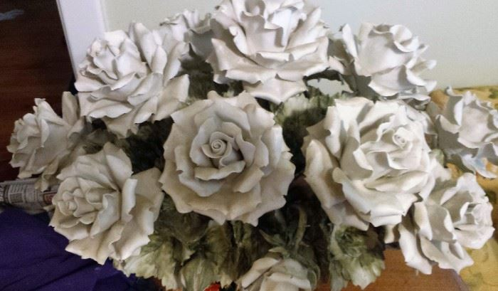 Capidomente large centerpiece white roses