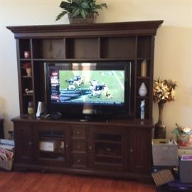 STEREO TV CENTER IN PERFECT CONDITION