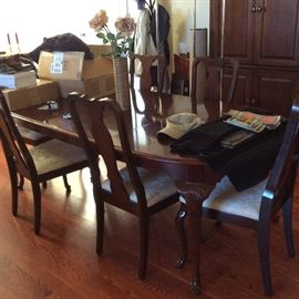 BEAUTIFUL DINING ROOM TABLE, 6 CHAIRS, AND 2 LEAVES