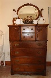 Lovely Ladies Dresser - Excellent Condition - beautiful wood grain