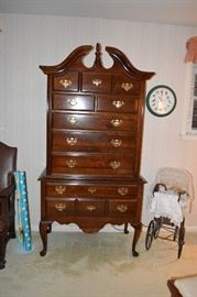 Kincaid Queen Ann Tallboy Dresser. Immaculate condition, timeless design.