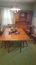 Table has 2 leaves....it is adjustable to several different sizes....