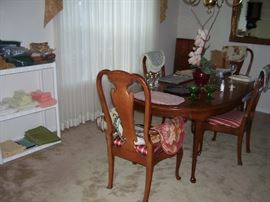 HENREDON DINING TABLE & CHAIRS