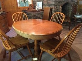 Stanley oak dining room table with 2 leaves and 4 chairs