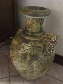 Decorative pot with an iguana