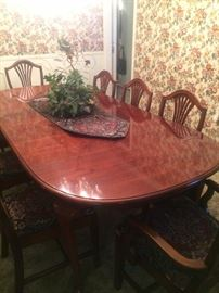 Lovely dining table & 8 chairs