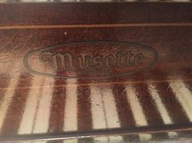 Musette antique piano