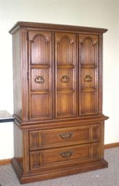 Beautiful chest of drawers, part of king size bedroom set.