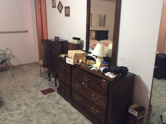 Dresser, lamp, miscellaneous items