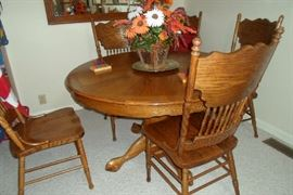 love this round table w/4 pressed back chairs