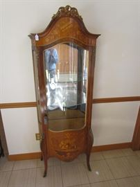 BEAUTIFULLY INLAID WOOD CURVED GLASS CURIO CABINET WITH INTRICATE TOP CARVED CRESTING.