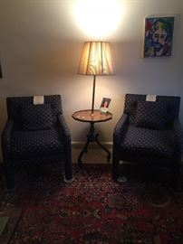 2 matching chairs and table w/lamp