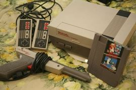 NINTENDO ENTERTAINMENT SYSTEM, GAME AND GUN