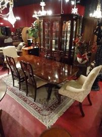 THOMASVILLE MAHOGANY DINING TABLE WITH 6 CHAIRS, 2 LEAVES, DUAL PEDESTAL TABLE WITH BANDED TOP