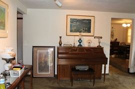 Kimball Console piano! Comes with storage bench. Excellent condition and priced to move