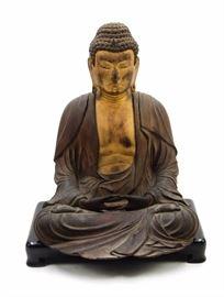 A JAPANESE CARVED GILT WOOD SEATED BUDDHA, EDO DYNASTY (1601-1868)