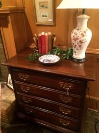 Small 4-drawer chest, lamp, home decor
