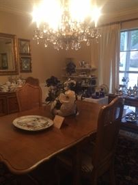 Lovely dining table with extra leaves/6 chairs