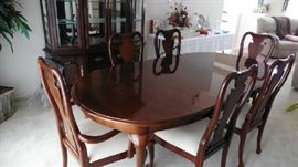 Thomasville Dining room table, 6 chairs and 1 leaf