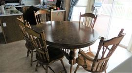 Oak Kitchen table, 6 chairs and 2 leaves