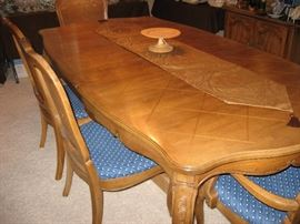 Dinning table w/ leaves and pads