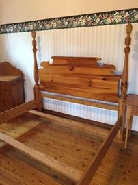SOLID PINE PINEAPPLE FOUR POSTER QUEEN SIZE BED
