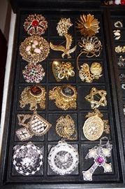 BROACHES & NECKLACES