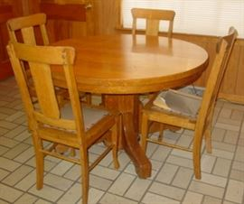 Round Oak Dining Table w/4 Chairs