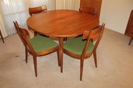 Vintage mid century modern Drexel dining table and 5 chairs, 2 leaves