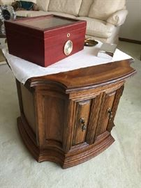Beautiful Drexel Heritage end table cabinet